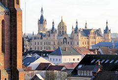 Blick auf des Schweriner Schloss - Dächer der Landeshauptstadt Schwerin.
