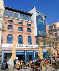 Historische Industriearchitektur / Rostock  - Likörfabrik Julius Krahnstöver; Café - Tische in der Sonne.