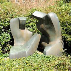 Bronzeskulpturen Knieendes Paar, Bildhauer Pierre Schumann am Standesamt Rendsburg.