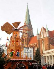 Weihnachtsmarkt Am Markt in Schwerin; Kirchturm Schweriner Dom - Weihnachtspyramide.