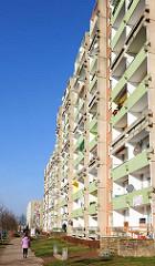 Hochhaus - Plattenbau; Balkons in der Sonne - Stadtteil Mueßer Holz, Schwerin; Grosssiedlung  für insgesamt 29 000 EinwohnerInnen.