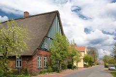 Wohnhäuser - Bauernhaus mit Reet gedeckt, Holzfassade - grün weiss gestrichen; Seester im Kreis Pinneberg.
