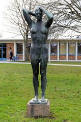 Schwimmerin / Bronzeskulptur nackte Frau vor der Sport- und Kongresshalle in der Weststadt von Schwerin - Aktplastik, Bronze / Bildhauer Hans Kies, 1966.