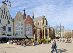 Historische Giebelhäuser / Architektur Neuer Markt Hansestadt Rostock - Kirchenschiff der St. Marienkirche.