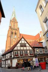 Am Dom in Schwerin - Turm des Schweriner Doms, Backsteingotik - Fachwerkgebäude / Geschäfte.