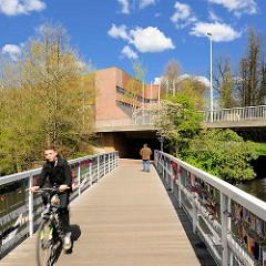 Holzbrücke über den Stadtsee in Rendsburg - im Hintergrund das Standesamt.