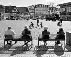 Ruhebänke, Metallbänke am Schiffbrückenplatz in Rendsburg - Gegenlichtaufnahme Schwarz-Weiss.