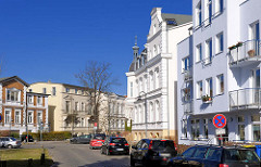 Gründerzeitarchitektur - Wohnhäuser in der Thomas Mann Strasse, Rostock; im Hintergrund die Gerhart Hauptmann Strasse.