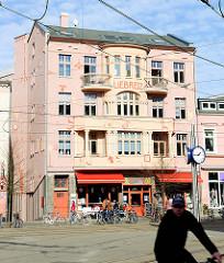 Liebreiz, Gebäude am Doberaner Platz in Rostock - neu gestaltete Hausfassade; Strassencafe.