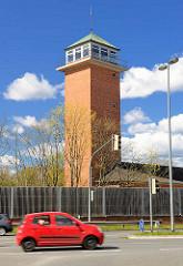 Turm mit Klinkerfassade - Berliner Strasse, Rendsburg - rotes Auto.