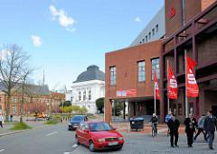 Moderne Architektur in Rendburg - Hauptstelle der Sparkasse Mittelholstein - im Hintergrund das Rendsburger Stadttheater.