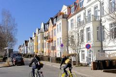 Restaurierte Wohnhäuser - Baustil Historismus; weisse und farbige Hausfassaden.