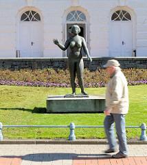 Bronzeskulptur Aktdarstellung - nackte Frau vor dem Stadttheater Rendsburg am Hans-Heinrich-Beisenkötter-Platz.