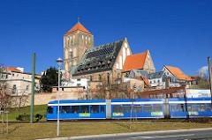 Nikolaikirche in Rostock - Ursprungsbau errichtet ab 1230. Umwidmung ab  1974; Einbau von Kirchenbüro + Wohnungen unter dem Kirchendach.