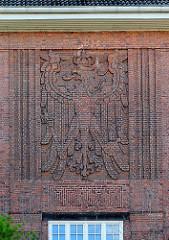 Wappen - Ziegelrelief an der Fassade des Helene Lange Gymnasiums Rendsburg.