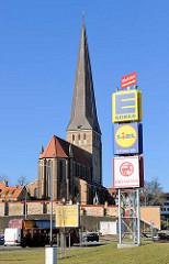 Petrikirche, Hansestadt Rostock; erbaut Mitte des 14. Jhd. / Backsteingotik - Strassenverkehr, Werbeschilder.