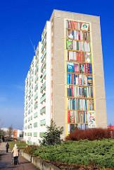 Fassadenschmuck Plattenbau Mueßer Holz / Schwerin; Fassadenmalerei  Bücherregal mit Büchern - BGS.