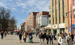 Fussgänerzone am Universitätsplatz Rostock / Kröpeliner Strasse; mehrstöckige Geschäftshäuser, Läden / Geschäfte - Passanten.