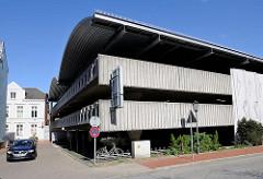 Moderne Architektur der 1970er Jahre - Parkhaus an der Nienstadtstrasse in Rendsburg - im Hintergrund historische Gründerzeitarchitektur.