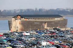 Parkplatz im Rostocker Stadthafen - dicht mit Autos belegte Parkfläche im Hafen - schwimmendes Bibel - Erlebnismuseum Arche Noah / Holzschiff.