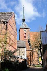 Historische Fachwerkgebäude - Kirchturm der St. Marienkirche in Rendsburg - Baubeginn 1287, fertiggestellt 1454; dreischiffige Backsteinkirche.
