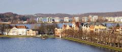 Blick über den Pfaffenteich in Schwerin; im Hintergrund Neubauten, Wohnhäuser am Ufer des Ziegelsees.