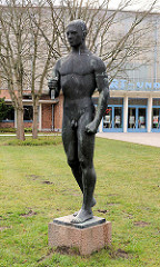 Speerwerfer / Bronzeskulptur nackter Mann vor der Sport und Kongresshalle in der Weststadt von Schwerin - Aktplastik, Bronze / Bildhauer Hans Kies, 1966.
