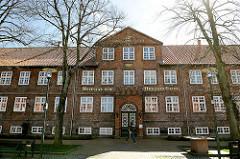 Hospital zum Heiligen Geist / Rendsburg - Jahreszahl 1768 am Giebel; jetzt Seniorenwohnanlage.
