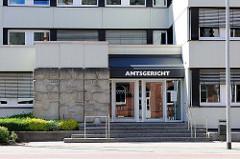 Eingang Amtsgericht Rendsburg - Fassadendekoration, Betonrelief - Kunst am Bau.