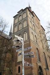 Kirchturm der St. Marienkirche Rostock - Schilder Entfernungsanzeigen europäischer Städte wie z. Riga, Turku, Bremen, Raleigh.