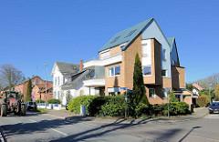 Architektur in Rendsburg - modernes Wohnhaus und alte Häuser; neu + alt.