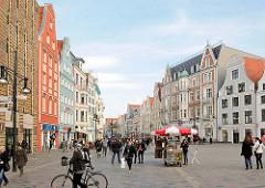 Historische Architektur mit farbigen Fassaden - Fussgängerzone Kröpeliner Strasse, Hansestadt Rostock.