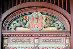 Historische Eingangstür am Rathaus in Rendsburg - Schnitzerei, Wappen der Stadt mit Löwen - Inschrift Anno Domini 1609.