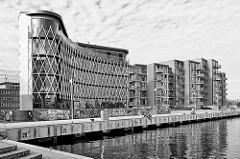 Moderne Architektur - Wohngebäude am Rostocker Stadthafen, Uferpromenade; Schwarz-Weiß Fotografie.