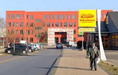 Astrid Lindgren Schule in Schwerin / Stadtteil Mueßer Holz - erbaut 1976. Werbeschild eines Billig-Supermarkts in der Nachbarschaft der Schule.