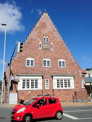 Wohnhaus / Klinkerarchitektur - Neues Bauen, Treppengiebel; rotes Auto - Bilder aus Rendsburg.