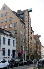 Historisches Backsteingebäude, Speicher mit Dachwinde - beim Hafen Hansestadt Rostock.