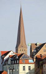 Kirchturm der Petrikirche in Rostock - Dach eines Speichergebäudes mit Dachwinde.
