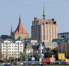 Backsteinhochhaus / Backsteinarchitektur in Rostock; Marienkirche - Parkplatz und Wohnhäuser.