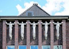 Bauschmuck, Skulpturen an der Christian Timm Schule in Rendsburg - erbaut 1929; benannt nach dem Rendsburger Bürgermeister.