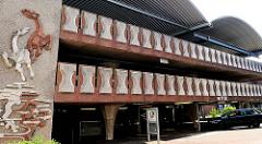 Moderne Architektur der 1970er Jahre - Parkhaus an der Nienstadtstrasse in Rendsburg - Fassadendekoration Pferde.