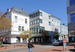 Moderne und historische Architektur - Geschäftshäuser, Bürogebäude am Holstentor in Rendsburg.