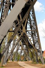 Eisenkonstruktion der Rendsburger Hochbrücke, Eisenbahnbrücke über den Nord Ostsee Kanal, erbaut 1913.Die Rendsburger Hochbrücke misst zusammen mit ihren beiden Auffahrtrampen 7,5 Kilometer. Die eigentliche stählerne Brückenkonstruktion hat eine Läng