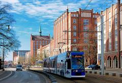 Strassenbahn in der Langen Strasse - Backsteinhochhäuser in Rostock.