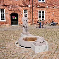 Froschkönigbrunnen im Innenhof des Arsenals in Rendsburg - Skulptur Granit 1996 - 2006, Bildhauer Klaus Kütemeier.
