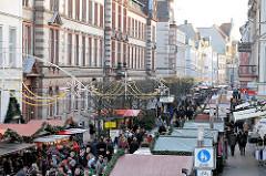 Weihnachtsmarkt in der Mecklenburgstrasse in Schwerin; Weihnachstände, Marktstände - Marktbesucher.