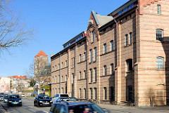 Historische Industriearchitektur; Backsteinfassade - altes Mühlengebäude am Mühlendamm in der Hansestadt Rostock, erbaut 1857.