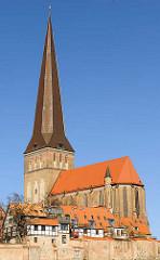 Petrikirche, Hansestadt Rostock; erbaut Mitte des 14. Jhd. / Backsteingotik; Reste der Stadtmauer.