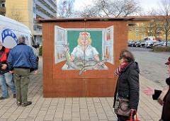 Holzbude / Geschäft Fische in der Weststadt, Schwerin - Malerei dralle Fischverkäuferin mit Fischen.