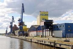 Kaianlage mit Kränen am Rendsburger Kreishafen / Nord-Ostsee-Kanal.